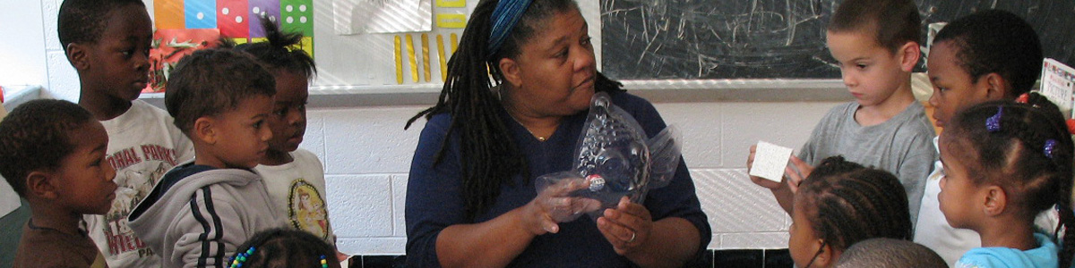 Head StART in ART artist-in-residence Caryl Henry Alexander works with Head Start students