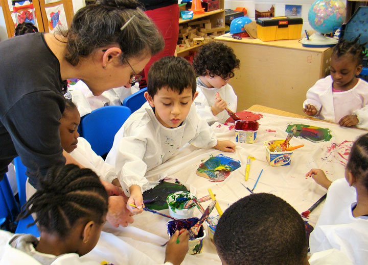 Artist Suzanne Herbert-Forton works on an art project with Head StART students